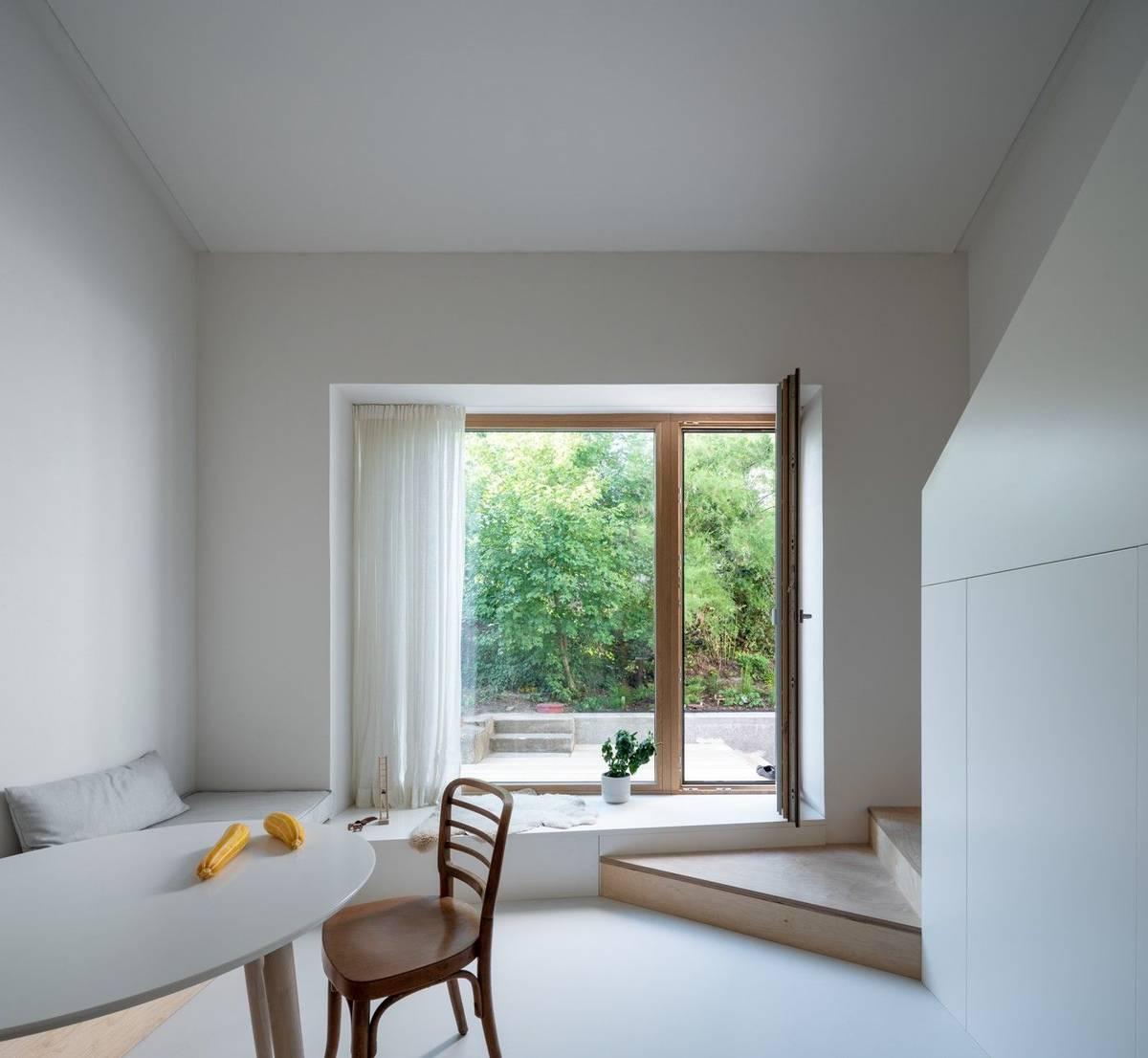 """""""Nejdříve to vypadalo, že ani nemá vplánu v domě bydlet. Ale projekt zrál několik let, a když jsme započali rekonstrukci, náš klient se oženil, založil rodinu a rozhodl se nemovitost sám užívat,"""" vysvětlují autoři návrhu Markéta Zdebská a Marek Žáček ze studia BY architects."""