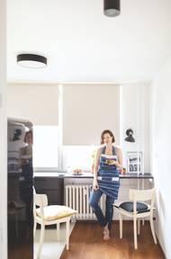 Designérka vytvořila v kuchyni kontinuální pracovní plochu, která dobře využije i trochu nešťastný prostor pod okny.