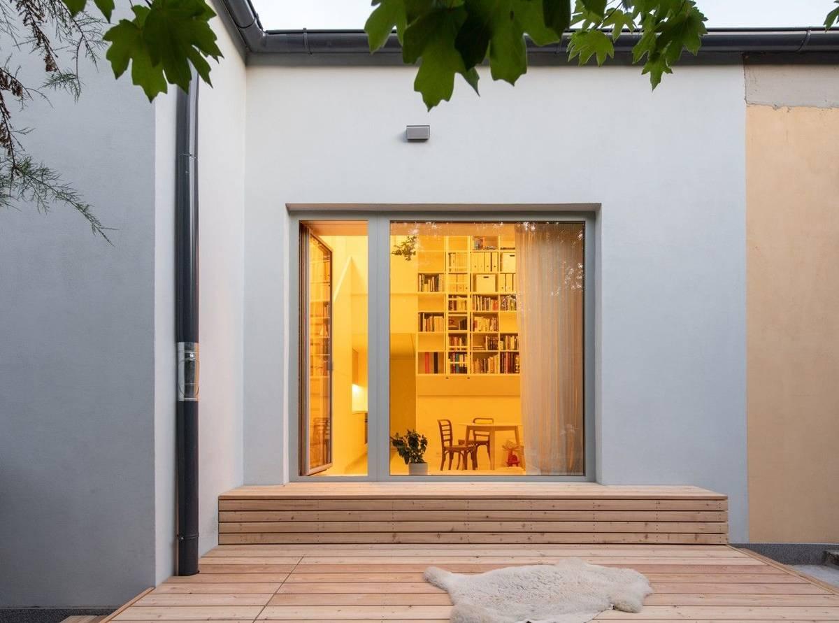 Menší dům v Praze si pořídil architekt a designér pro ubytování svých přátel a na dlouhodobé pronájmy. Prostor, který měl více úrovní a velikost 120 metrů čtverečních, chtěl za pomocí studia BY architects rozdělit na více bytů dostupných k pronájmu.