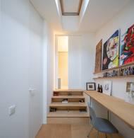 """Co se týče materiálů, celému interiéru dominuje březová překližka. V koupelně na stěnách a exponovaných místech je světle šedý kaučuk. Přestože návrh na přestavbu začal vznikat už v roce 2014, realizaci architekti dokončili teprve loni. """"Výsledku předcházela spousta práce, investic, důvěry, trpělivosti a neutuchající optimismus na všech stranách."""""""