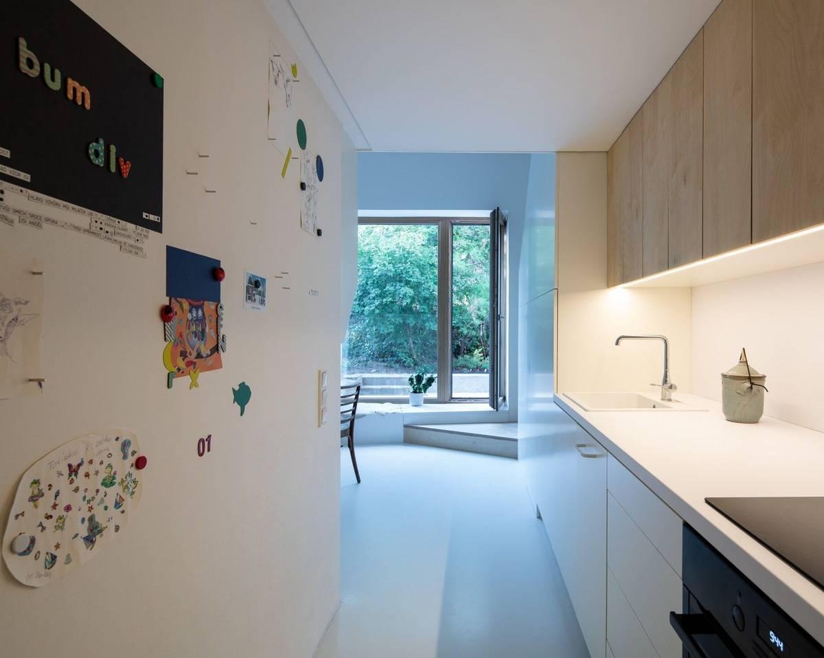 Byt pro rodinu má obývací pokoj, toaletu a koupelnu, kuchyň se spižírnou a prádelnu.