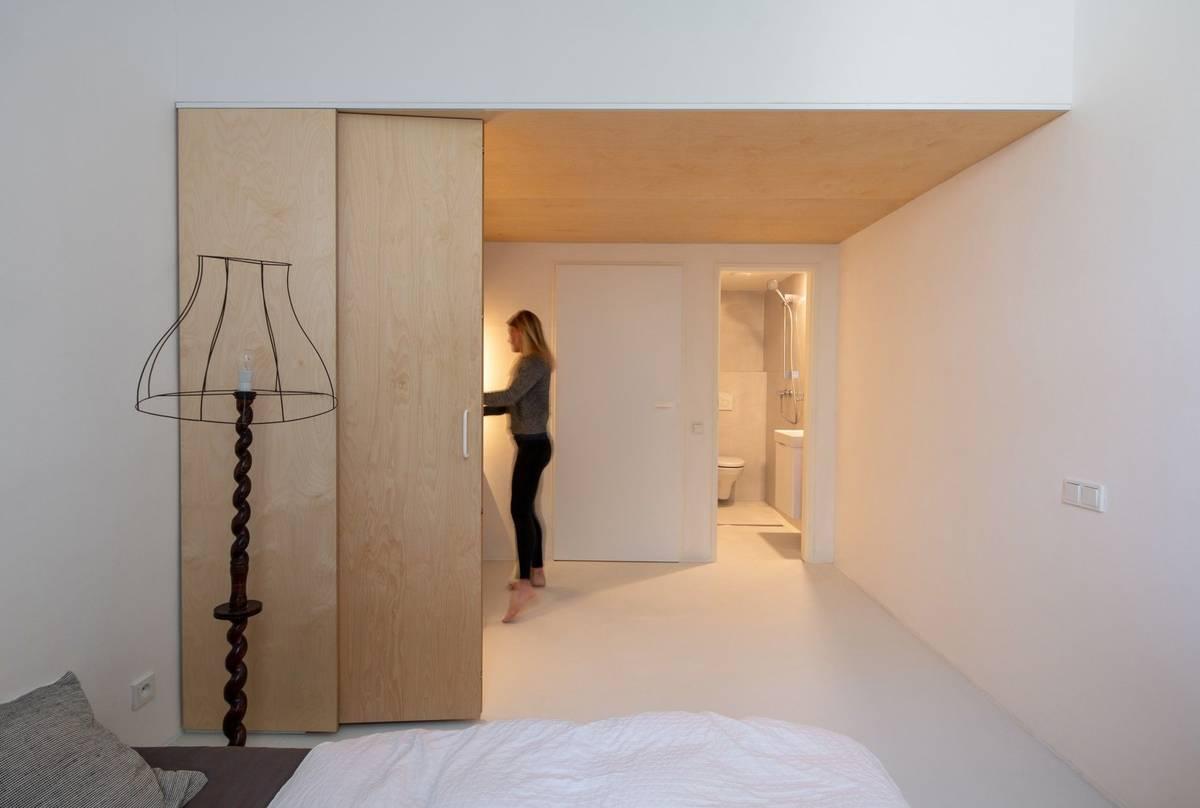 """""""Vzhledem kvelkému převýšení neubralo ani další dělení jednotlivým prostorám na atraktivitě,"""" říkají autoři přestavby, kteří v domě využili každý centimetr."""