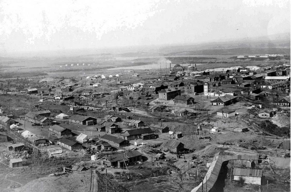 Norilsk v roce 1940, kdy zde byl vězněn František Polák. V popředí jeden z mnoha táborů gulagu ve městě.