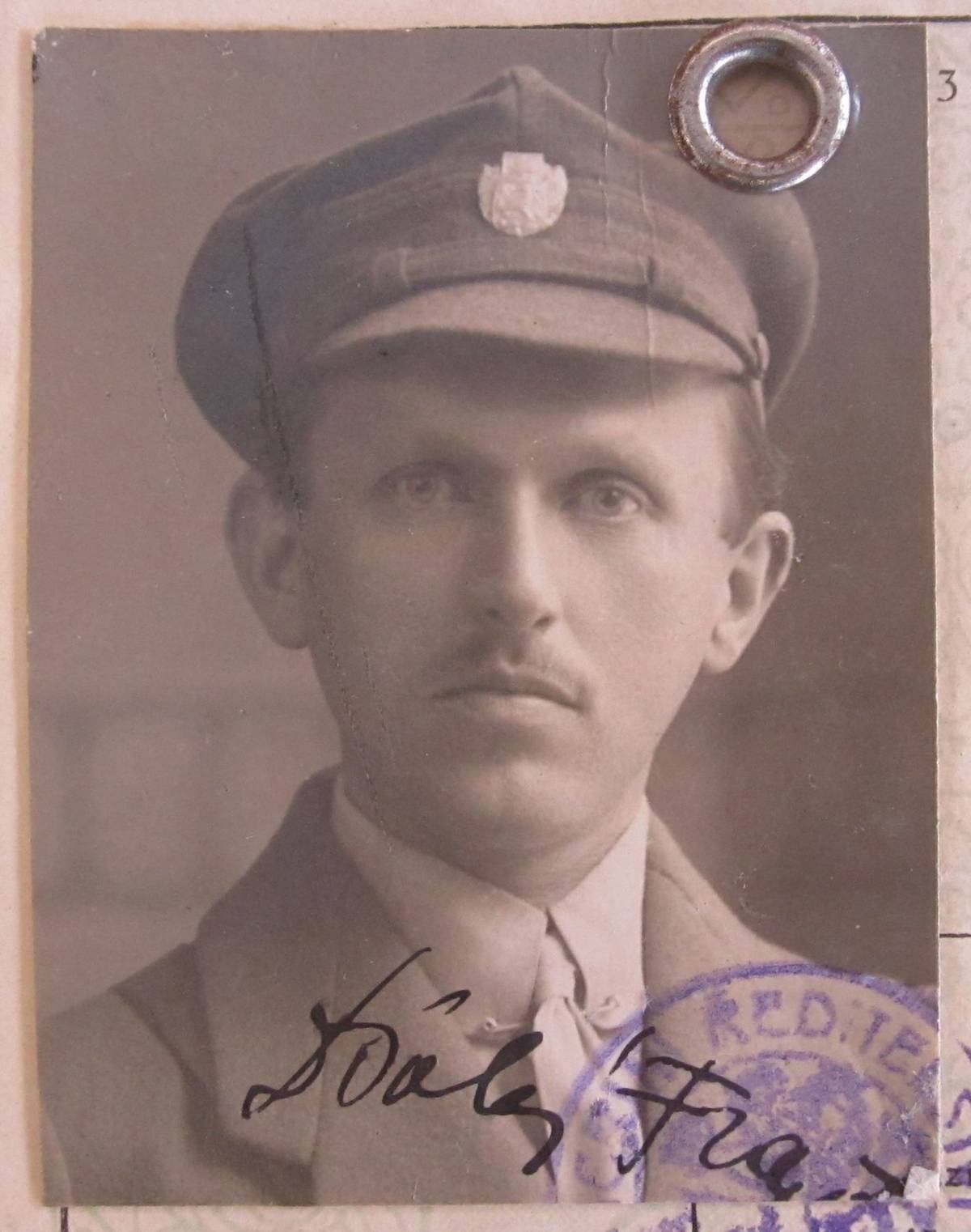 František Polák na fotografii z cestovního pasu z roku 1925 zabaveného čs. úřady kvůli jeho nelegální návštěvě SSSR a účasti na sjezdu Kominterny vMoskvě.