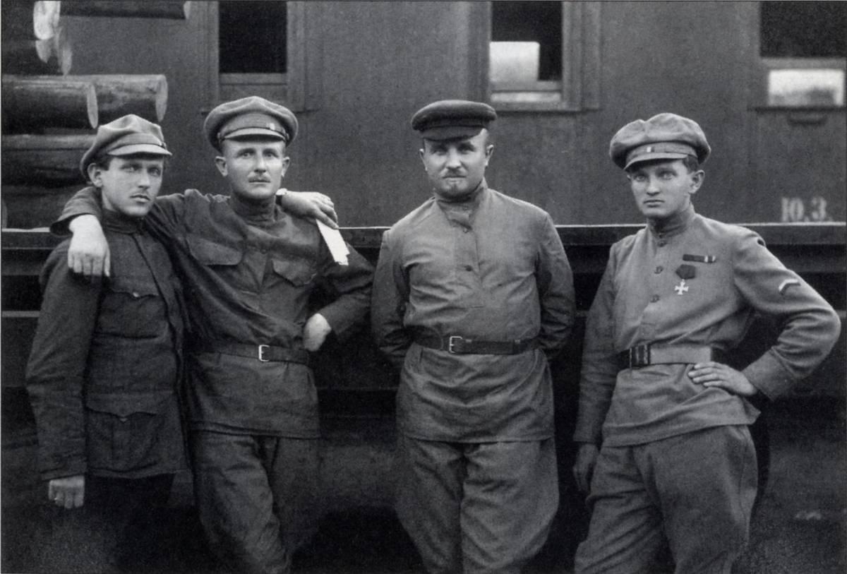 František Polák (vlevo) se spolubojovníky vČeskoslovenských legiích vRusku. Zcela vpravo Rudolf Medek.