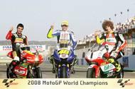 Galerie šampionů ročníku 2008. Zleva Mike di Meglio (125 ccm), Valentino Rossi (MotoGP) a Marco Simoncelli (250 ccm).