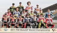 Piloti MotoGP před sezonou 2011. Simoncelliho - na motocyklového závodníka velmi vysoká - postava ční z poslední řady.