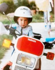 Helma a řídítka, to patřilo k chlapcovu dětství stejně jako u jeho vrstevníků kyblíček a písek.