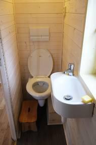 Přestože maringotka není napojená na inženýrské sítě, má kompostovatelný záchod, umyvadlo...