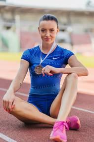 Dcera bývalých reprezentantů - čtvrtkaře a překážkářky - si natrhla zadní stehenní sval a při sledování tokijských her zažívala nelehké psychické stavy. Na další úspěchy si bude muset zatím počkat. Z mezinárodní scény má ve sbírce bronzovou medaili z mistrovství Evropy do 17 let, které se v roce 2016 konalo v Gruzii.