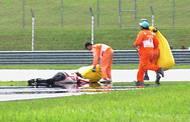 Yamaha Američana Colina Edwardse mu přejela spodní část těla a krajan Valentino Rossi s Ducati dokonce hlavu.