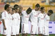 Hráči AC Milán při minutě ticha věnované památce jejich krajana.