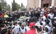 Rozloučit s motocyklovým závodníkem se přišlo na 20 000 lidí.