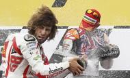 Marco Simoncelli a Casey Stoner si užívají úspěch v australské Grand Prix.