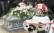 Vedle rakve byly vystaveny Simoncelliho helma a motorka Honda.
