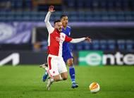 Youri Tielemans a Jakub Hromada v odvetě 2. kola Evropské ligy Leicester - Slavia