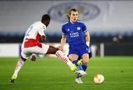 Abdallah Sima a Caglar Söyüncü v odvetě 2. kola Evropské ligy Leicester - Slavia