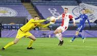 Ondřej Kolář, David Zima a Jamie Vardy v odvetě 2. kola Evropské ligy Leicester - Slavia