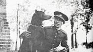 Václav Morávek byl před druhou světovou válkou členem československé armády. Na snímku je ve 30. letech spolu se svým perfektně vycvičeným dobrmanem Rynem.