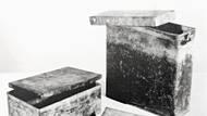 Kovové krabice z klempířské dílny U Líkařů, kteří Tři králové používali pro své diverzní bombové atentáty.