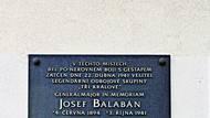Pamětní deska v Dejvicích, kde byl Josef Balabán dopaden.