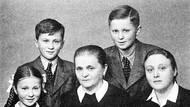 Rodina Mašínových za války v roce 1944. V popředí zleva Zdena Mašínová, babička Emma Nováková a Zdena Mašínová starší. Vzadu bratři Josef a Ctirad, ti se následně stali aktéry takzvaného třetího odboje.