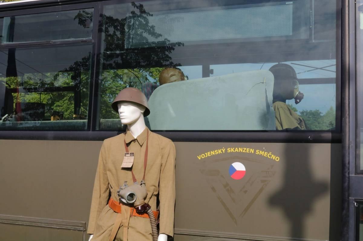 V autobusu je expozice. Prý je to nejlevnější způsob, jak ji chránit před hlodavci a také těmi, kteří by si chtěli něco odnést domů.