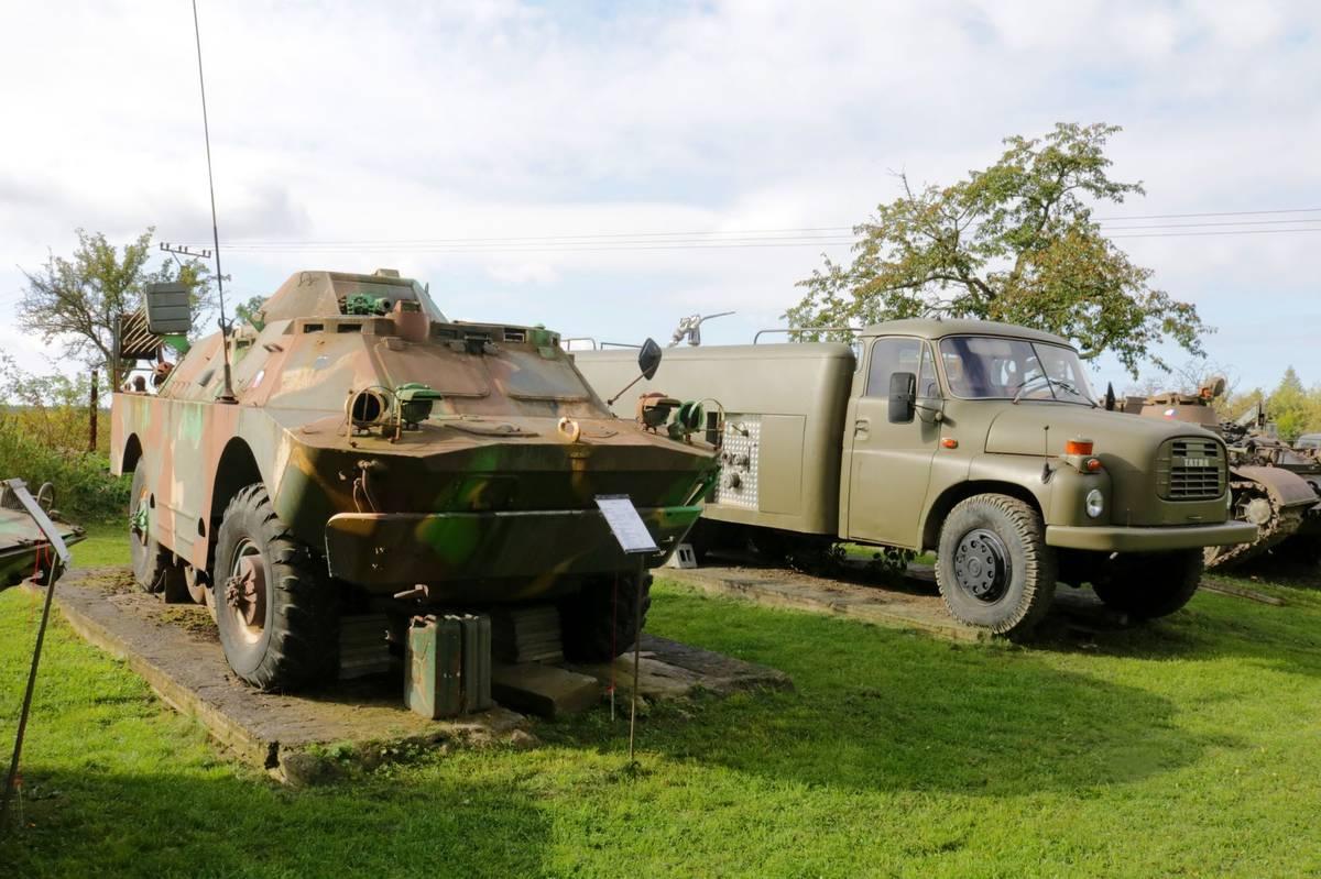 Obojživelné obrněné vozidlo BRDM-2. Na zádi má vrtule pro pohon ve vodě.