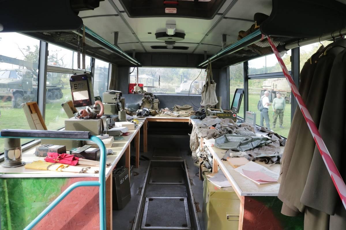 Leží tu různé masky, protichemické obleky, dozimetry, polní telefony a další armádní předměty.
