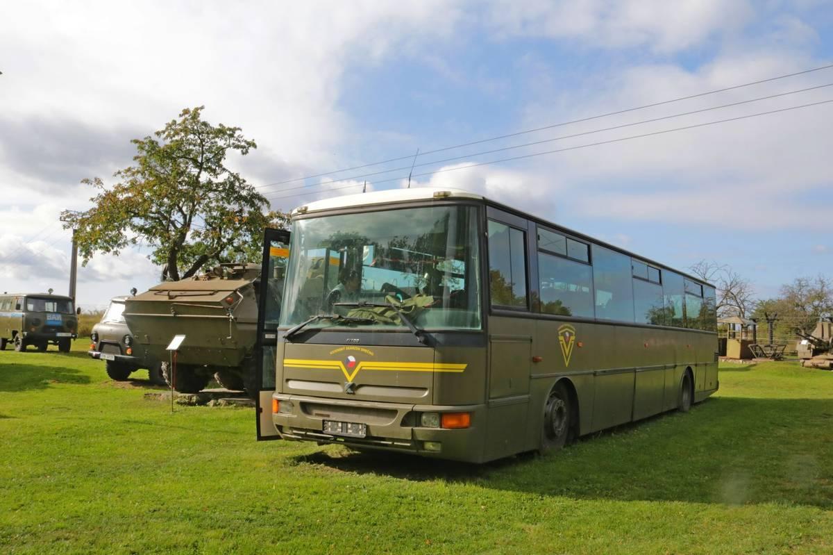 Vyřazený autobus od Arrivy dobrovolníci natřeli nazeleno a uvnitř mají expozici s armádními předměty.