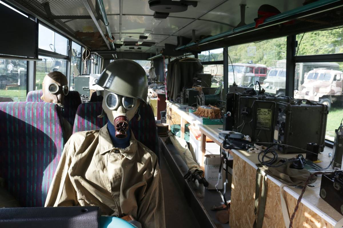 Děti si mohou masky vyzkoušet.