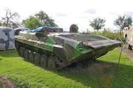 ... a minový ukladač MU-90 na podvozku BVP.
