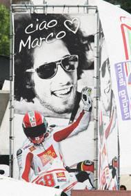 Vzpomínka na Marca Simoncelliho v Misanu z roku 2012.