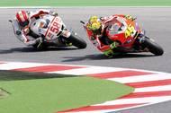 Marco Simoncelli na Hondě stíhá v sezoně 2011 Valentina Rossiho na Ducati.
