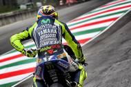 Valentino Rossi s připomínkou Simoncelliho na své závodní kombinéze.