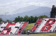 Tribuna na jiném italském okruhu v Mugellu s číslem 58 na počet Marca Simoncelliho