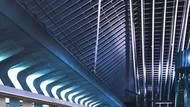 """""""Navrhla jsem design interiéru metra, kde jsem se zaměřila na problematiku týkajícího se nudného interiéru v soupravách metra,"""" komentuje to ve své práci Zheleznova."""