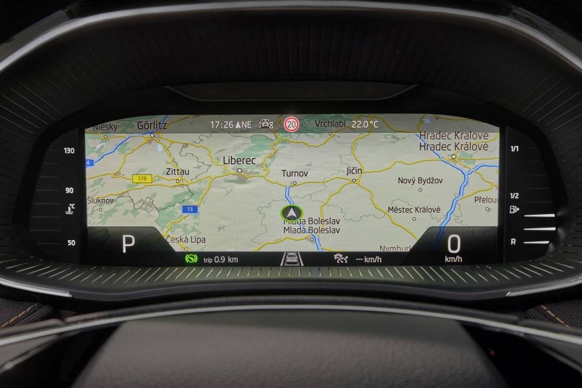 Do přístrojového štítu jde takto roztáhnout i mapa navigace.