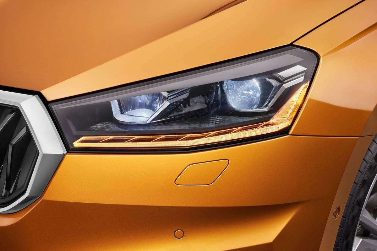 """Od základní verze bude Fabia svítit LED světly. Vyobrazená je příplatková verze s """"rozšířenými funkcemi""""."""