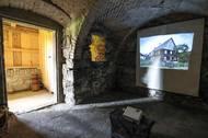 Během otevření promítala rodina v jedné z místností i fotky z doby před rekonstrukcí.