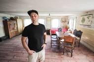 """David Landštof se ženou dům koupili na sklonku roku 2018 a tím ho zachránili před zkázou. """"Byl v naprosto havarijním stavu. Kdyby ten dům ještě dva roky zůstal bez povšimnutí, tak by bylo po něm,"""" říká David už v částečně opraveném interiéru."""