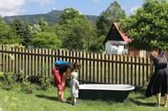 """I zahrada hrála velkou roli v rozhodování rodiny, jestli dům pořídit. """"Podívali jsme se tam na Ještěd a bylo to,"""" směje se otec rodiny."""