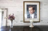 Ale přidává si i něco svého, pochopitelně. Na zdi třeba visí první český prezident Václav Havel.
