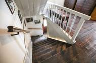 Jdete totiž k Landštofovým domů. Rodina v domě bydlí, a to sice v bývalém učitelském bytě v prvním patře.
