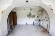"""Některé místnosti jsou tak stále takzvaně před rekonstrukcí. """"Tím, že je to památka a snažíme se k tomu přistupovat co nejšetrněji, tak to samozřejmě všechno stojí třikrát více než běžná oprava domu,"""" říká Landštof."""