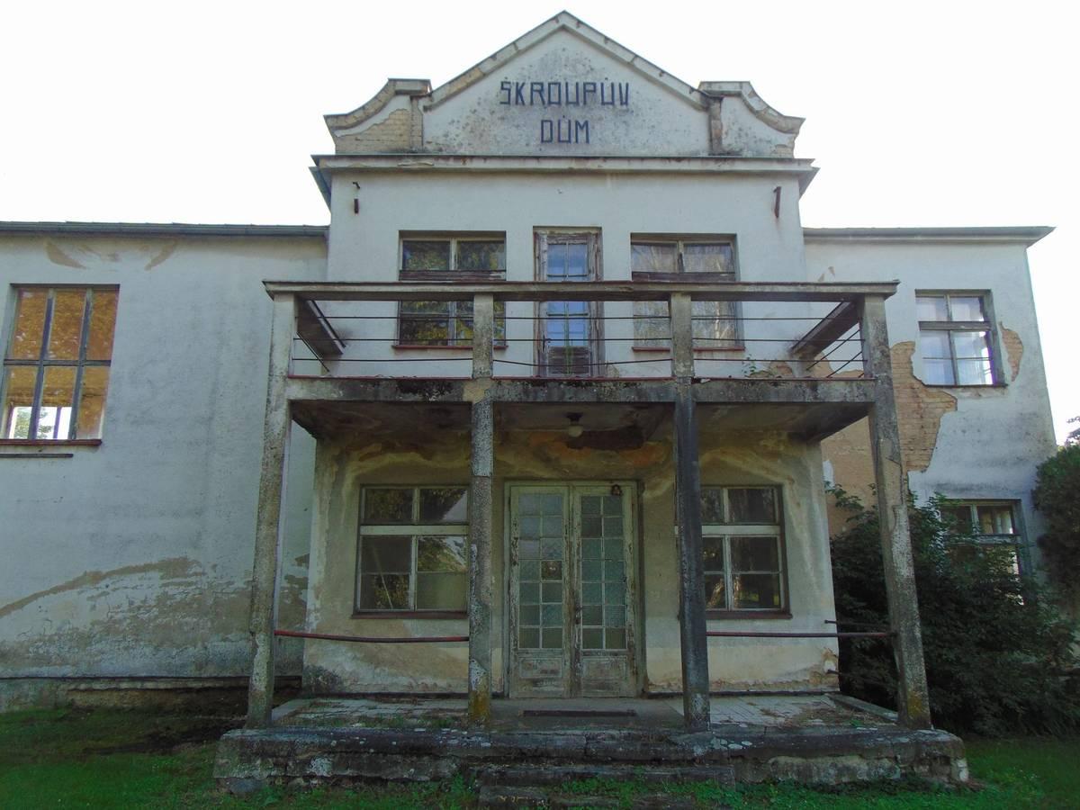 Smutný pohled je ale na dům, který v obci nechali v roce 1928 k výročí Československa a uctění Škroupovy památky postavit za své peníze lidé z celé země. Dnes je zavřený a v havarijním stavu.