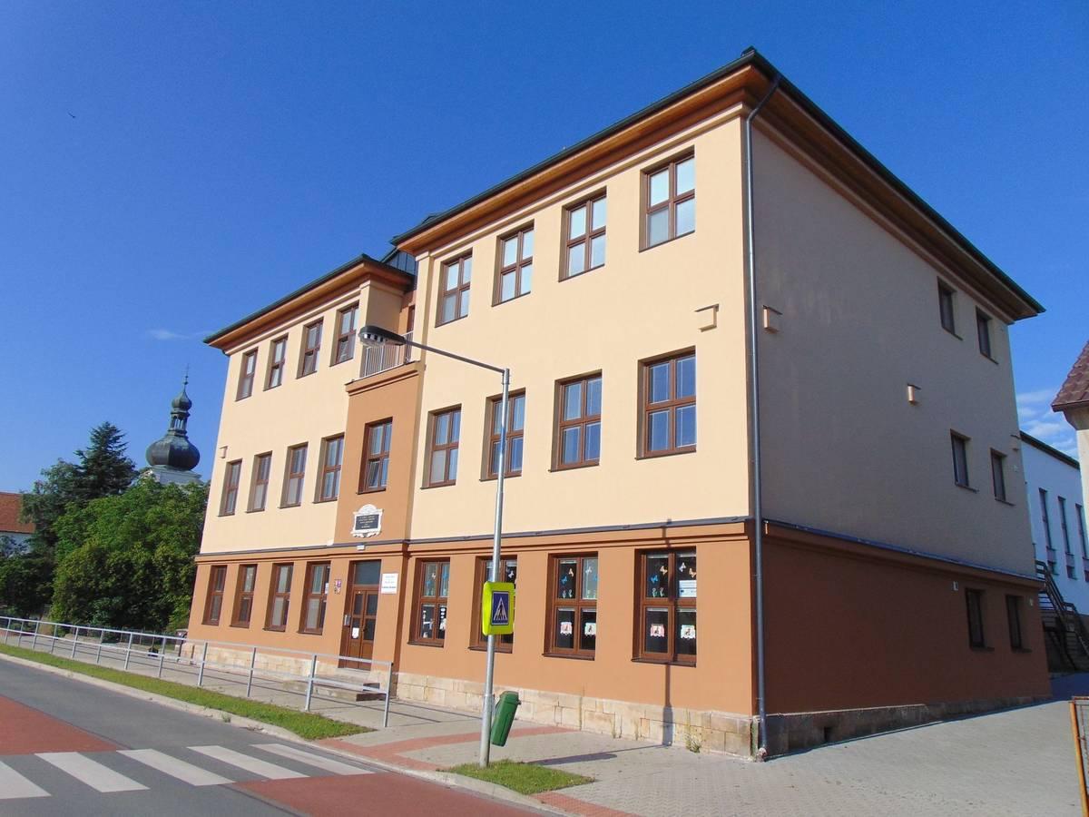 Královéhradeckým rodákem byl i autor hudby k české hymně Kde domov můj František Škroup. V jeho rodném domě v obci Osice je dnes základní škola.