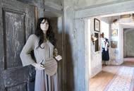 Na zajímavá místa, která jsou oku skrytá, upozorňují návštěvníky umělé figuríny alias průvodci.