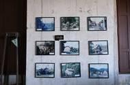 """V místnosti jsou fotografie starých domů v Albrechticích a okolních obcích, které v 80. letech zmizely z map a povrchu zemského. """"Náš domov, komunita, celý dosavadní život byl najednou pryč,"""" říká rodačka ze zaniklé vesnice."""