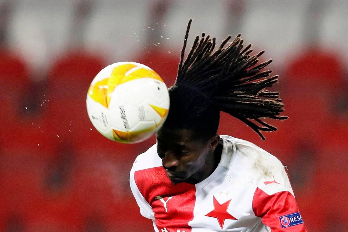 2. Peter Olayinka. A další trefa. Nigerijský ofenzivní fotbalista už znal českou ligu z působení v Dukle, a tak Slavia neváhala v létě 2018 zaplatit belgickému Gentu 3,2 milionu eur, tehdy rekordní částku. Olayinka je stabilní součástí týmu, o vzájemné spokojenosti svědčí skutečnost, že v zimě prodloužil s červenobílými smlouvu až do roku 2023.